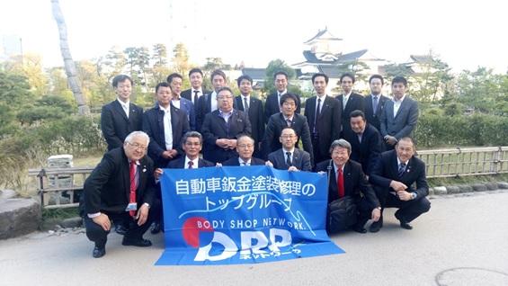 会議室近くの富山城をバックに集合写真