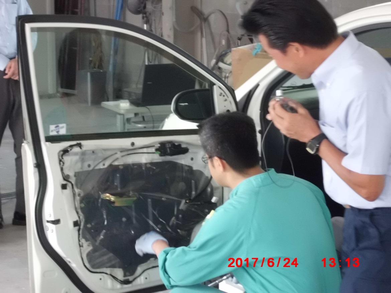内張りを剥がす ㈲タダムラ自動車鈑金 忠村氏