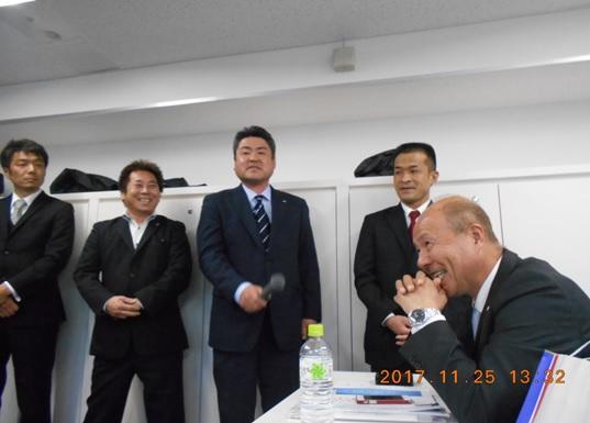 新旧役員挨拶 右下は1部講師の 市川 清 様